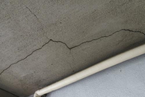 天井のひび割れ