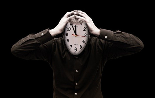 頭を抱える時計