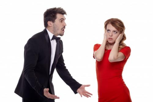 話しかける男性と耳をふさぐ女性