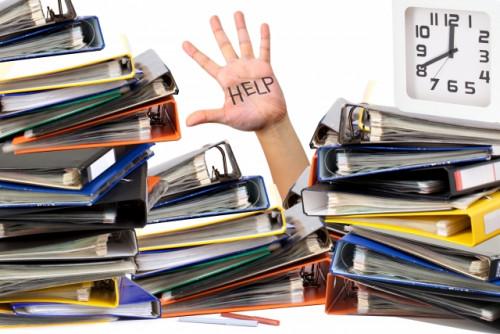 書類に埋もれて助けを求める人