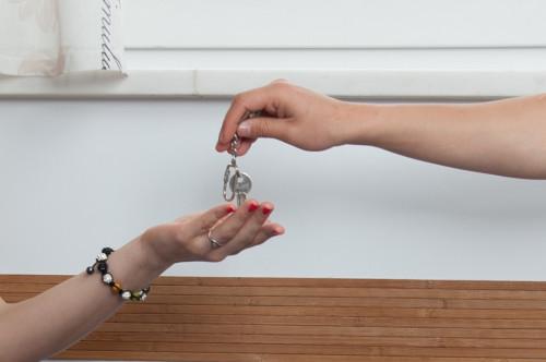 鍵を渡しているところ