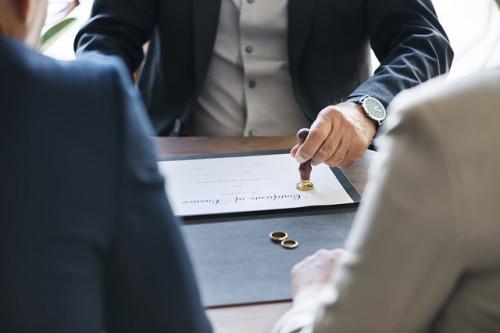 契約書に捺印する男性