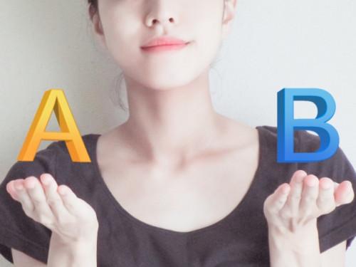 女性の両手の上に「A」と「B」が浮かび上がっている