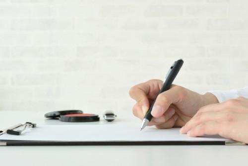 書類に記入と捺印しようとしているところ